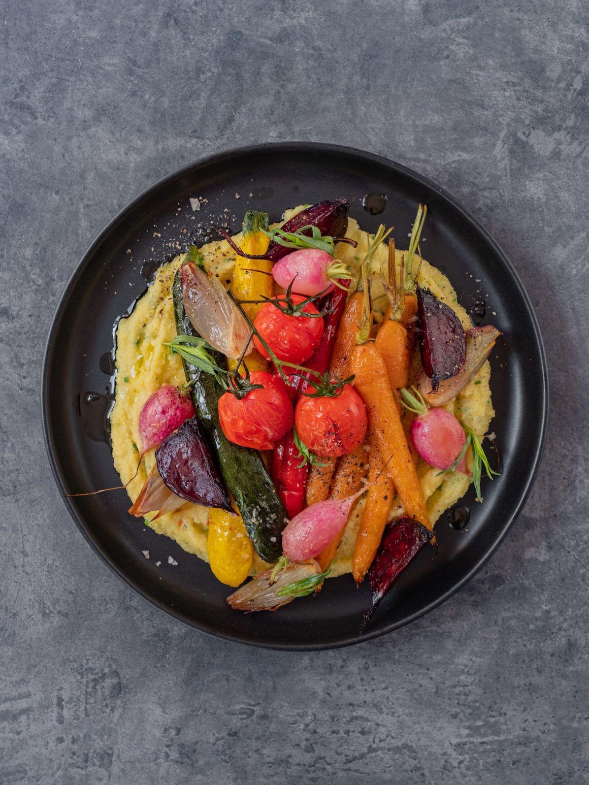 Rezept, Foodblo, About Fuel, Cremige Polenta mit Sommergemüse, Tomaten, Schalotten, Rote Bete, Paprika, Estragon, Karotte