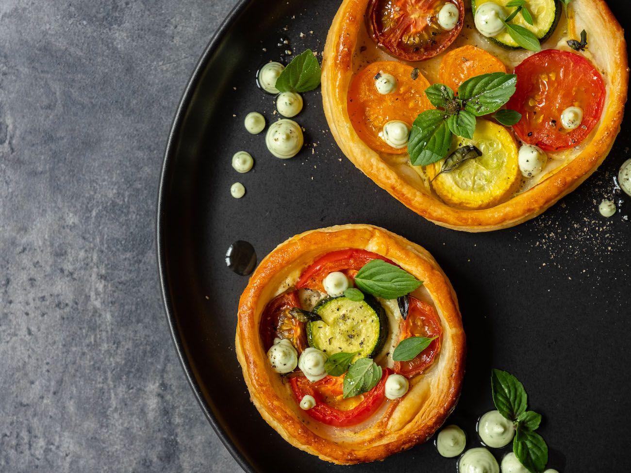Rezept, Foodblog, About Fuel, Tomaten Zucchini Tartelettes mit Basilikum Feta Creme, Blätterteig, Pfeffer