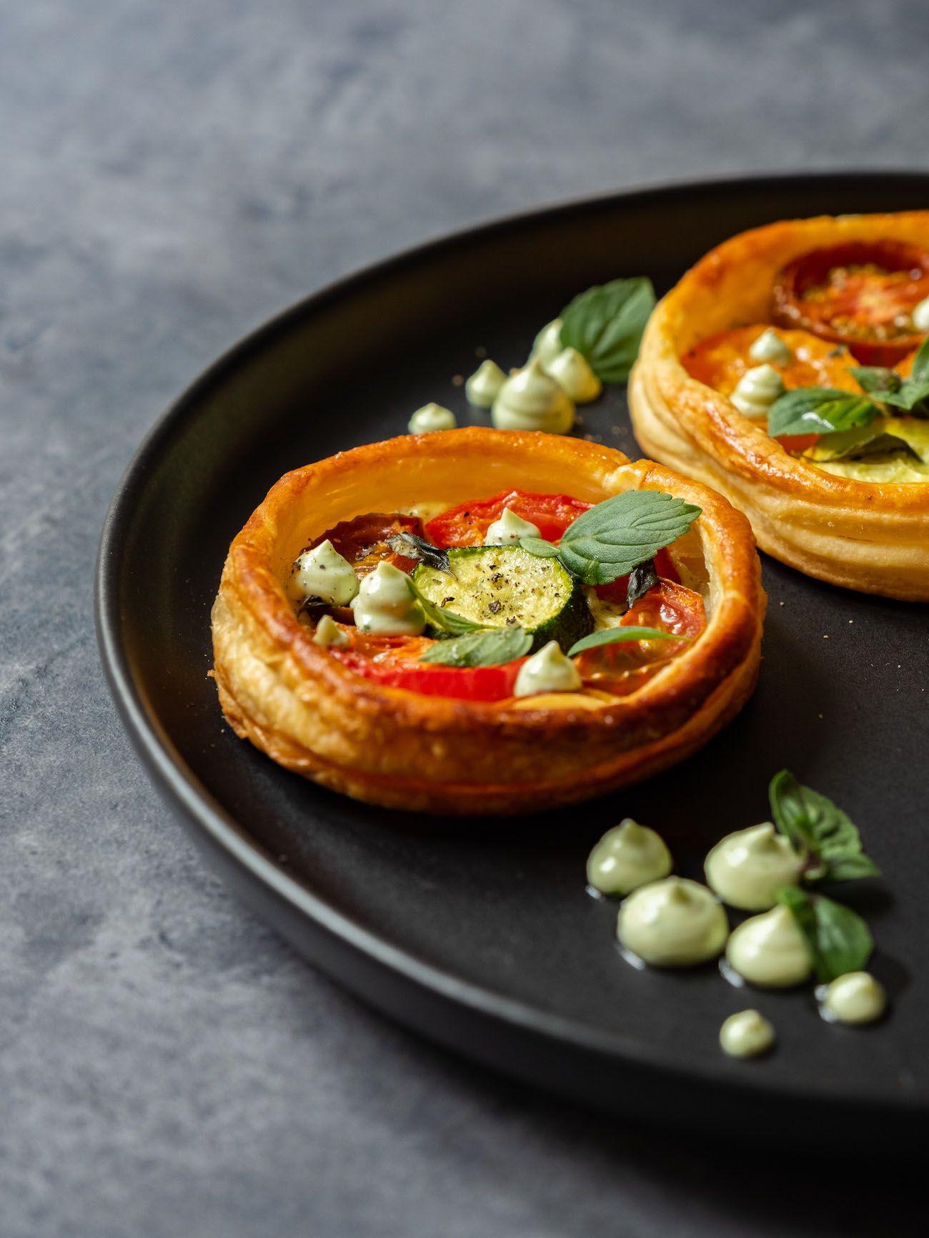 Rezept, Foodblog, About Fuel, Tomaten Zucchini Tartelettes mit Basilikum Feta Creme, Blätterteig, Teller, Pfeffer