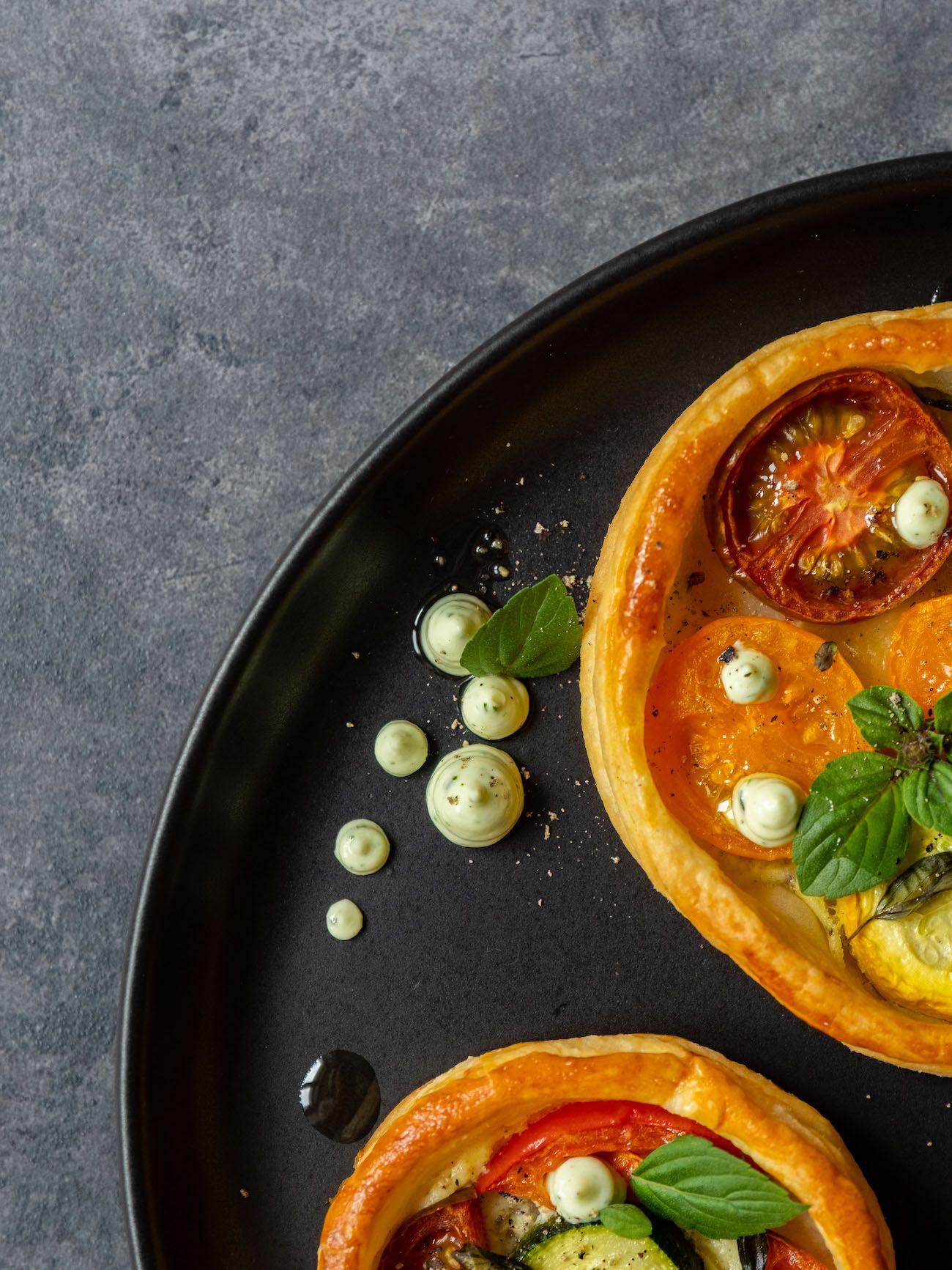 Rezept, Foodblog, About Fuel, Tomaten Zucchini Tartelettes mit Basilikum Feta Creme, Olivenöl