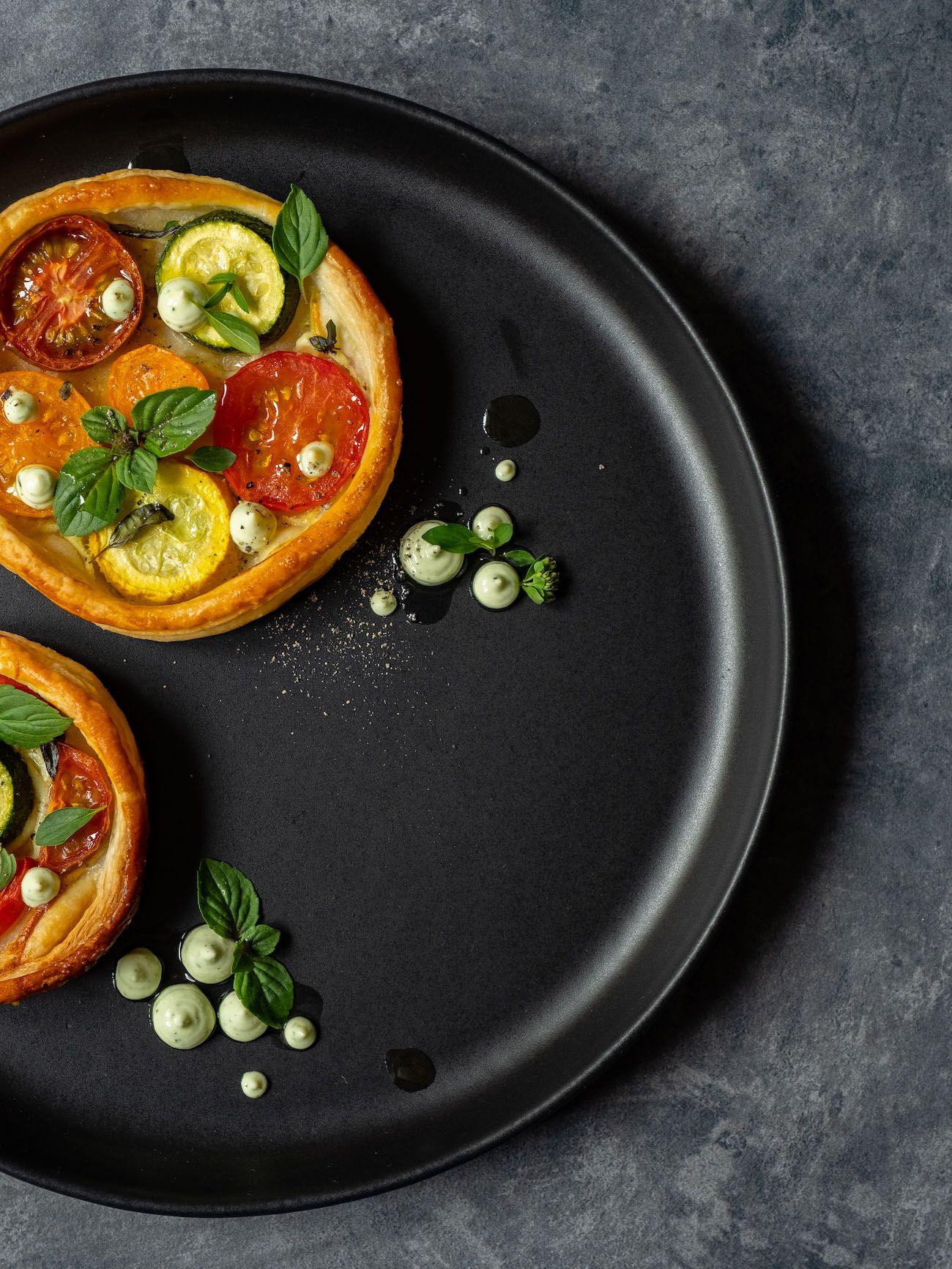 Rezept, Foodblog, About Fuel, Tomaten Zucchini Tartelettes mit Basilikum Feta Creme, Oregano, Teller, Pfeffer