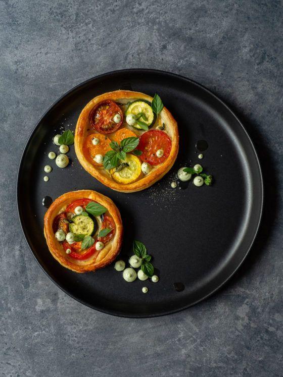 Rezept, Foodblog, About Fuel, Tomaten Zucchini Tartelettes mit Basilikum Feta Creme, Pfeffer, Oregano, Teller, Olivenöl
