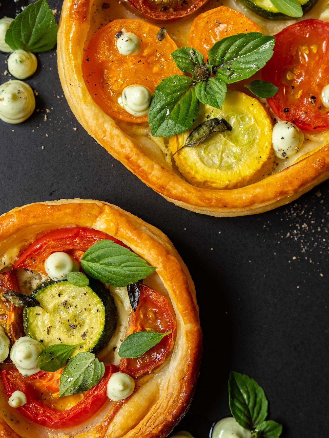 Rezept, Foodblog, About Fuel, Tomaten Zucchini Tartelettes mit Basilikum Feta Creme, Pfeffer, Oregano