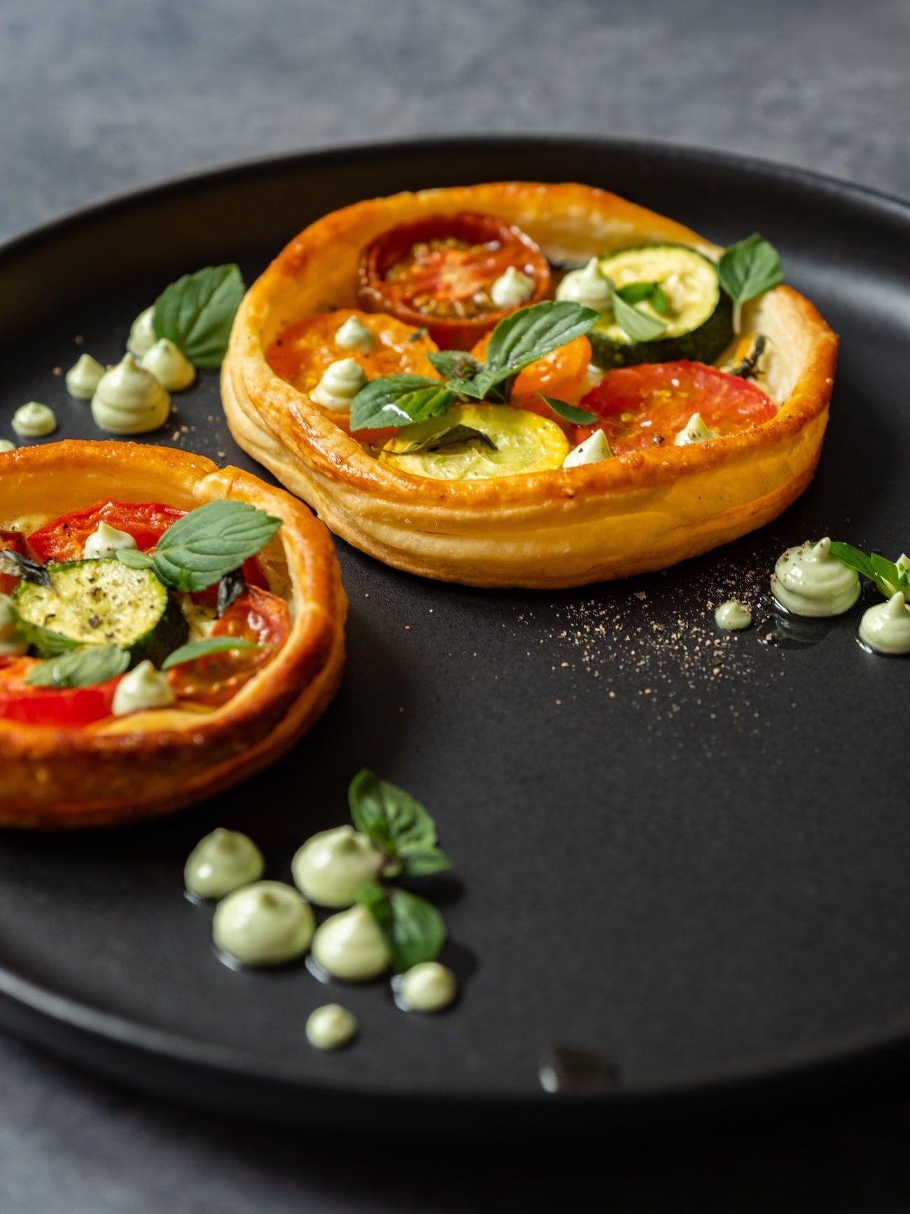 Rezept, Foodblog, About Fuel, Tomaten Zucchini Tartelettes mit Basilikum Feta Creme, Pfeffer, Teller
