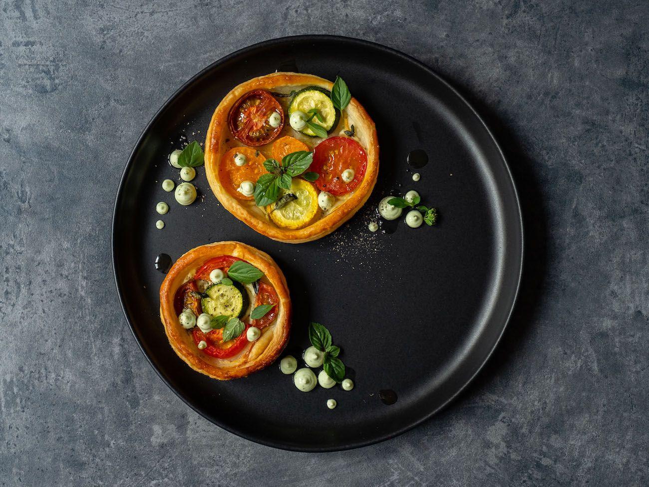 Rezept, Foodblog, About Fuel, Tomaten Zucchini Tartelettes mit Basilikum Feta Creme, Teller, Pfeffer, Oregano
