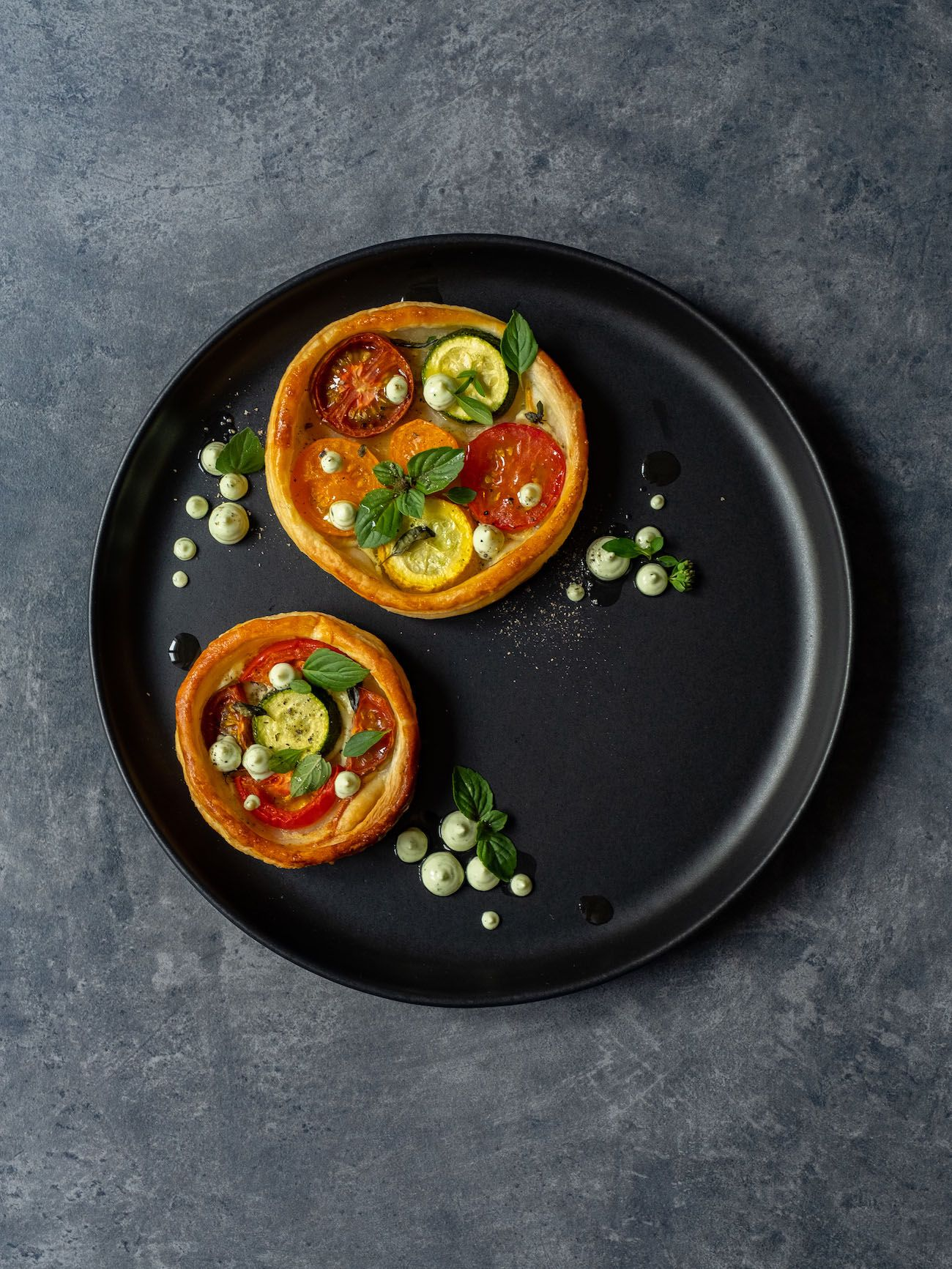 Rezept, Foodblog, About Fuel, Tomaten Zucchini Tartelettes mit Basilikum Feta Creme, Teller