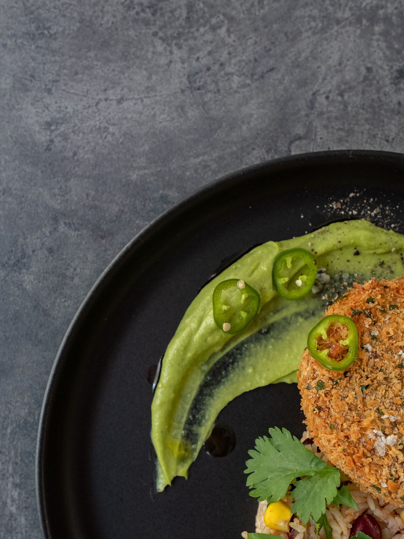 About Fuel, Foodblog, Bold Foods, Rezept, The Big T Schnitzel mit Reis und Avocadocreme, Jalapeño, Mais, Bohnen, Pfeffer