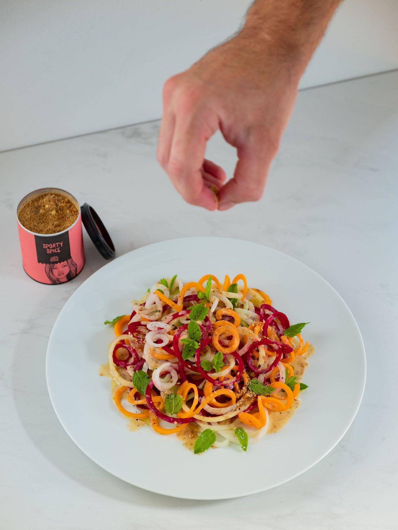 About Fuel, Foodblog, Rezept, Bunter Spiralensalat mit Tahini-Dressing, Just Spices, Karotte, Rettich, Gurke