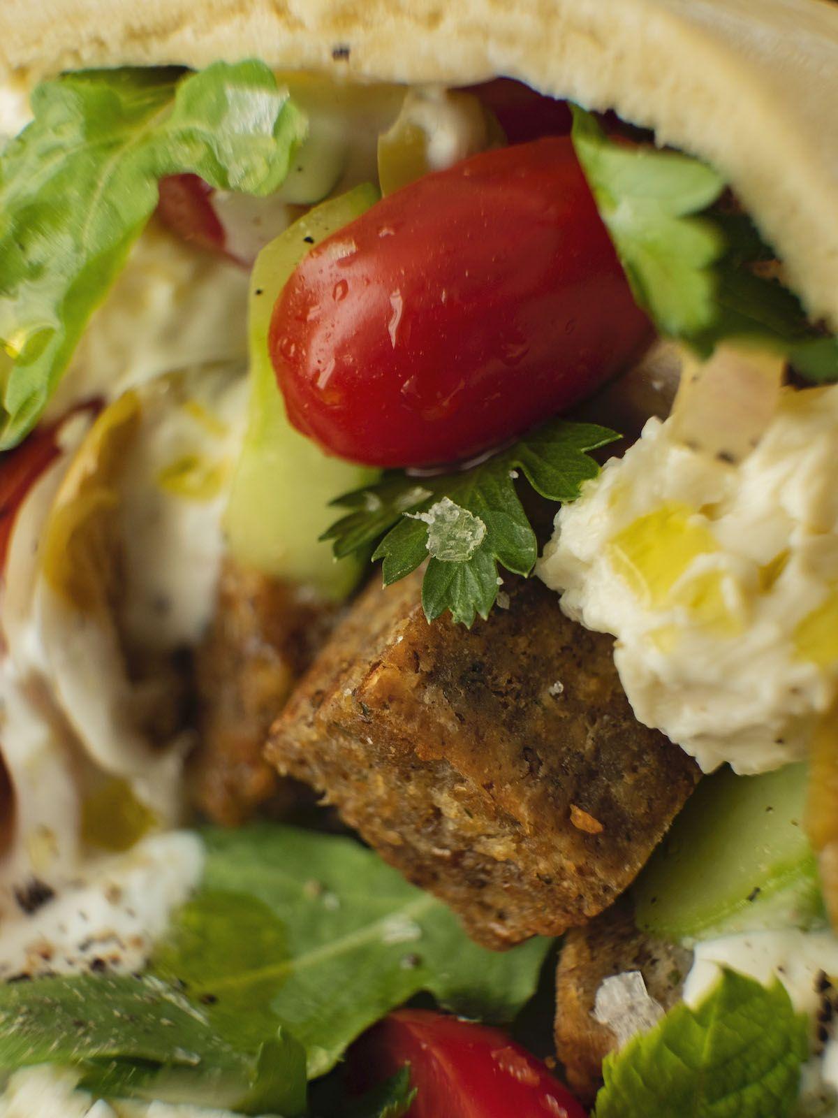 Foodblog, About Fuel, Rezept, Bold Foods The big R Knusperwürfel im Pitabrot mit griechischem Salat, Ruccola und Joghurt-Zitronen-Soße, Feta, Tomaten