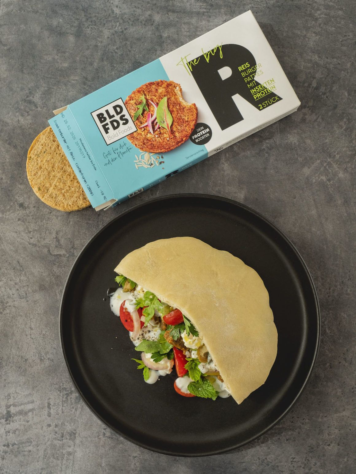 Foodblog, About Fuel, Rezept, Bold Foods The big R Knusperwürfel im Pitabrot mit griechischem Salat, Ruccola und Joghurt-Zitronen-Soße, Feta, Zwiebeln, Petersilie