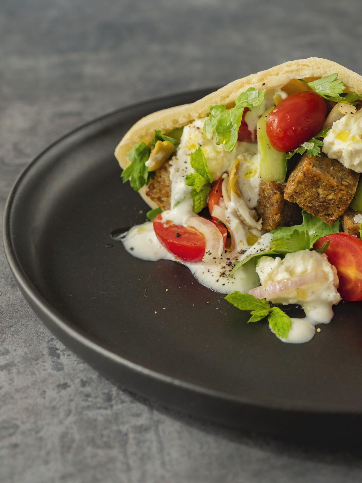 Foodblog, About Fuel, Rezept, Bold Foods The big R Knusperwürfel im Pitabrot mit griechischem Salat, Ruccola und Joghurt-Zitronen-Soße, Minze, Gurke, Ruccola
