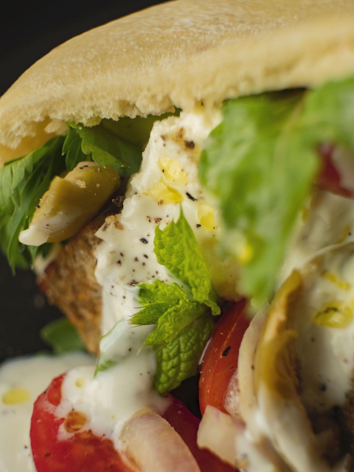 Foodblog, About Fuel, Rezept, Bold Foods The big R Knusperwürfel im Pitabrot mit griechischem Salat, Ruccola und Joghurt-Zitronen-Soße, Minze, Ruccola, Pfeffer, Tomate