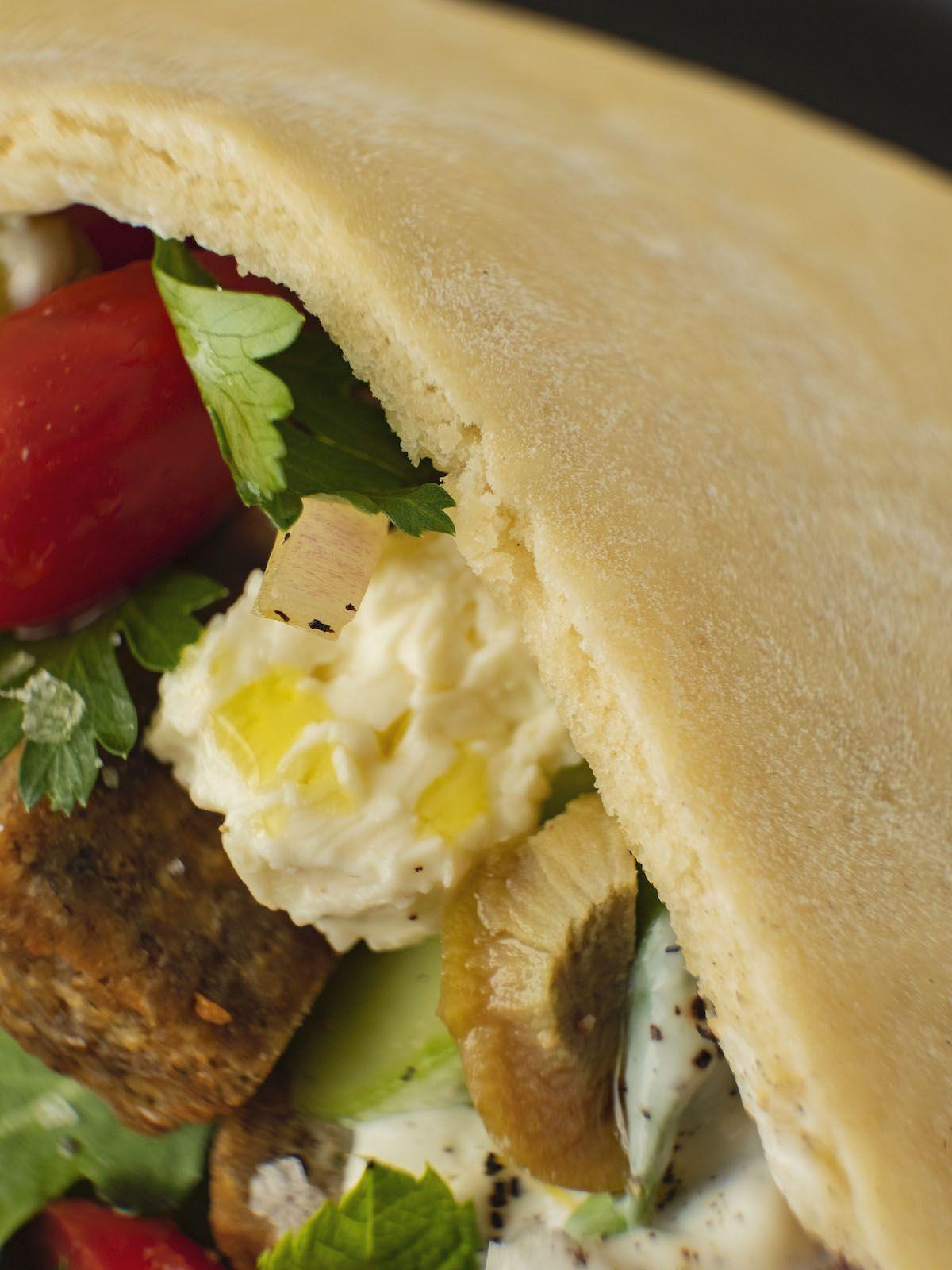 Foodblog, About Fuel, Rezept, Bold Foods The big R Knusperwürfel im Pitabrot mit griechischem Salat, Ruccola und Joghurt-Zitronen-Soße, Oliven, Tomate, Petersilie