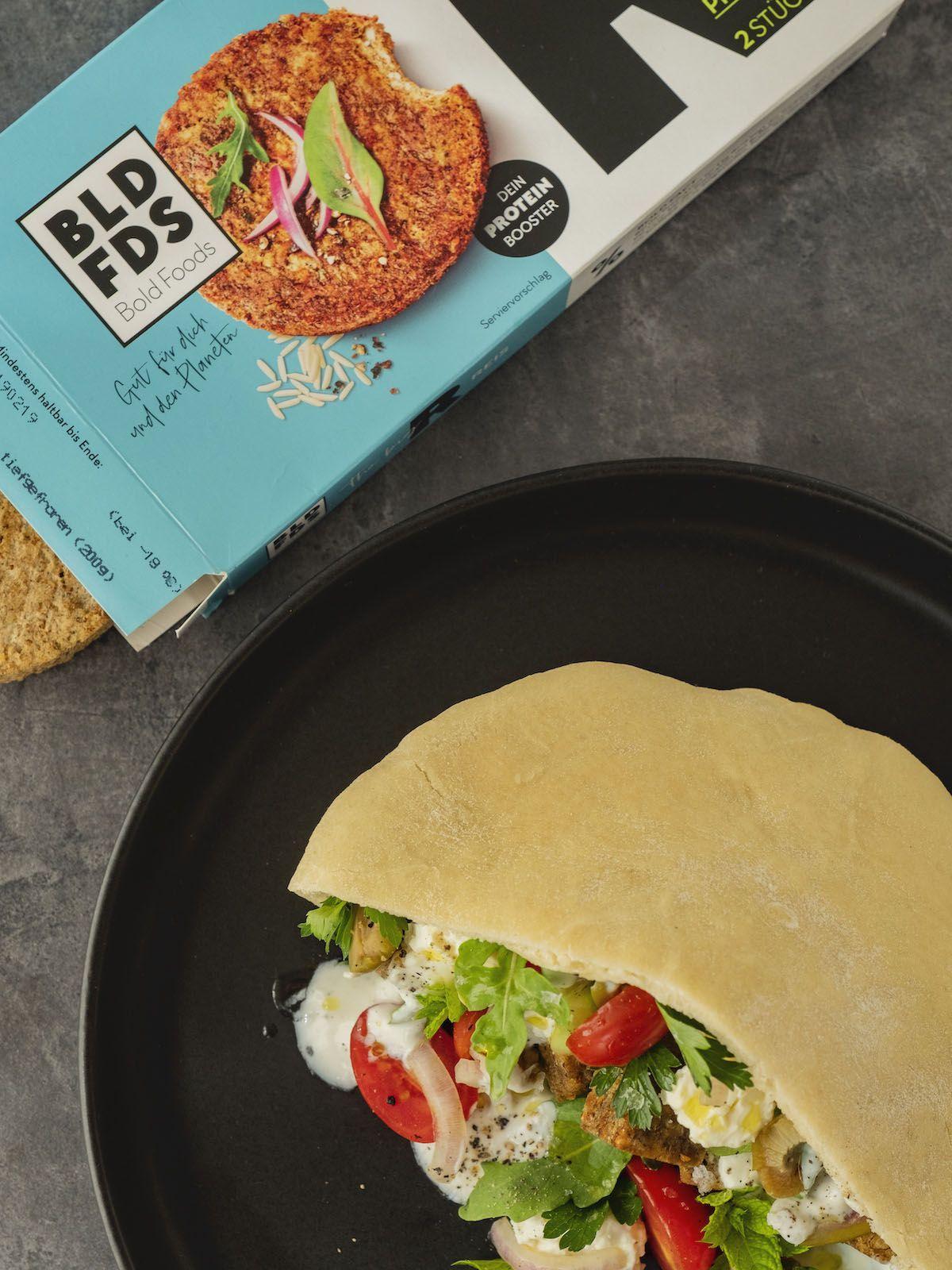 Foodblog, About Fuel, Rezept, Bold Foods The big R Knusperwürfel im Pitabrot mit griechischem Salat, Ruccola und Joghurt-Zitronen-Soße, Ruccola