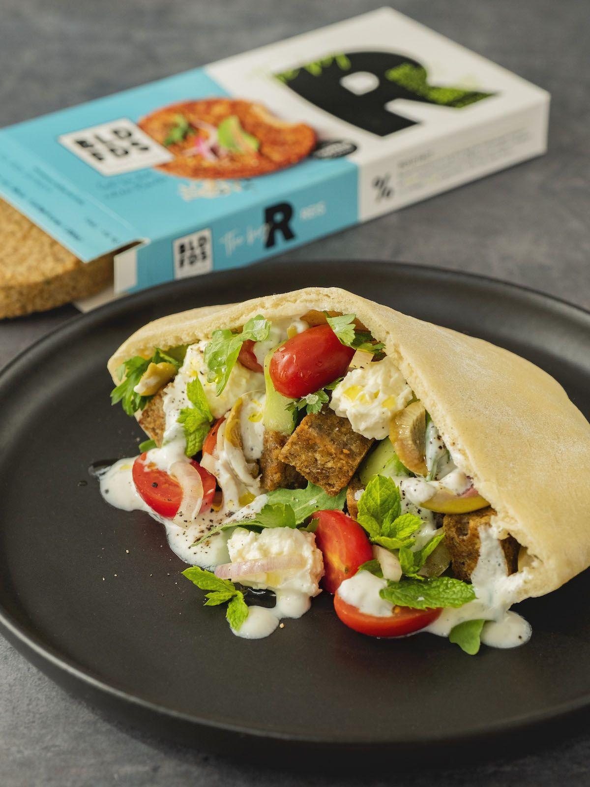 Foodblog, About Fuel, Rezept, Bold Foods The big R Knusperwürfel im Pitabrot mit griechischem Salat, Ruccola und Joghurt-Zitronen-Soße, Tomaten, Feta