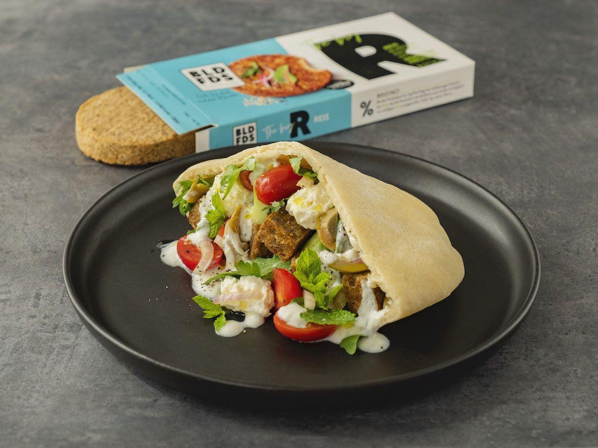 Foodblog, About Fuel, Rezept, Bold Foods The big R Knusperwürfel im Pitabrot mit griechischem Salat, Ruccola und Joghurt-Zitronen-Soße, Tomaten, Patty, Minze