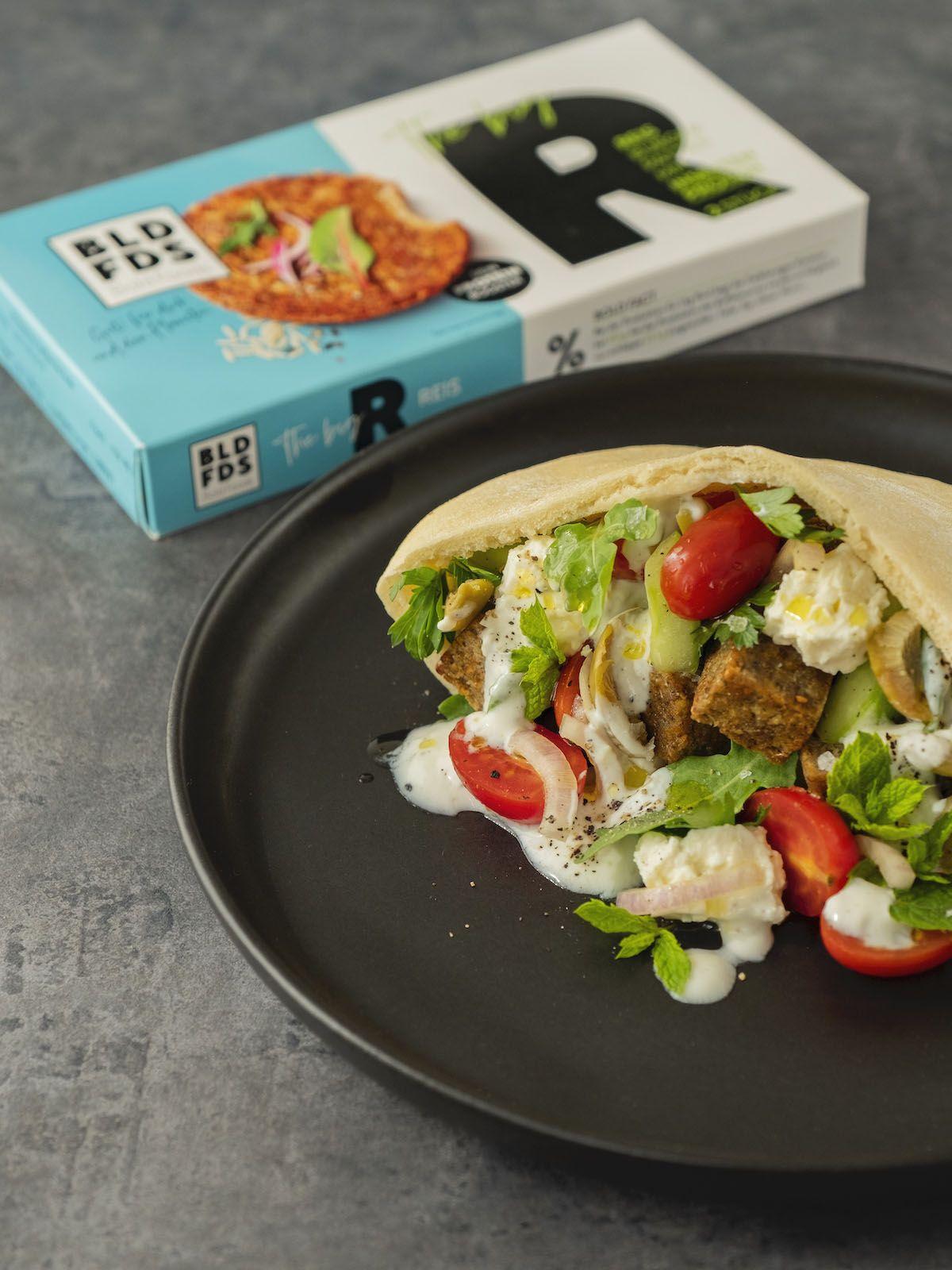 Foodblog, About Fuel, Rezept, Bold Foods The big R Knusperwürfel im Pitabrot mit griechischem Salat, Ruccola und Joghurt-Zitronen-Soße, Tomaten