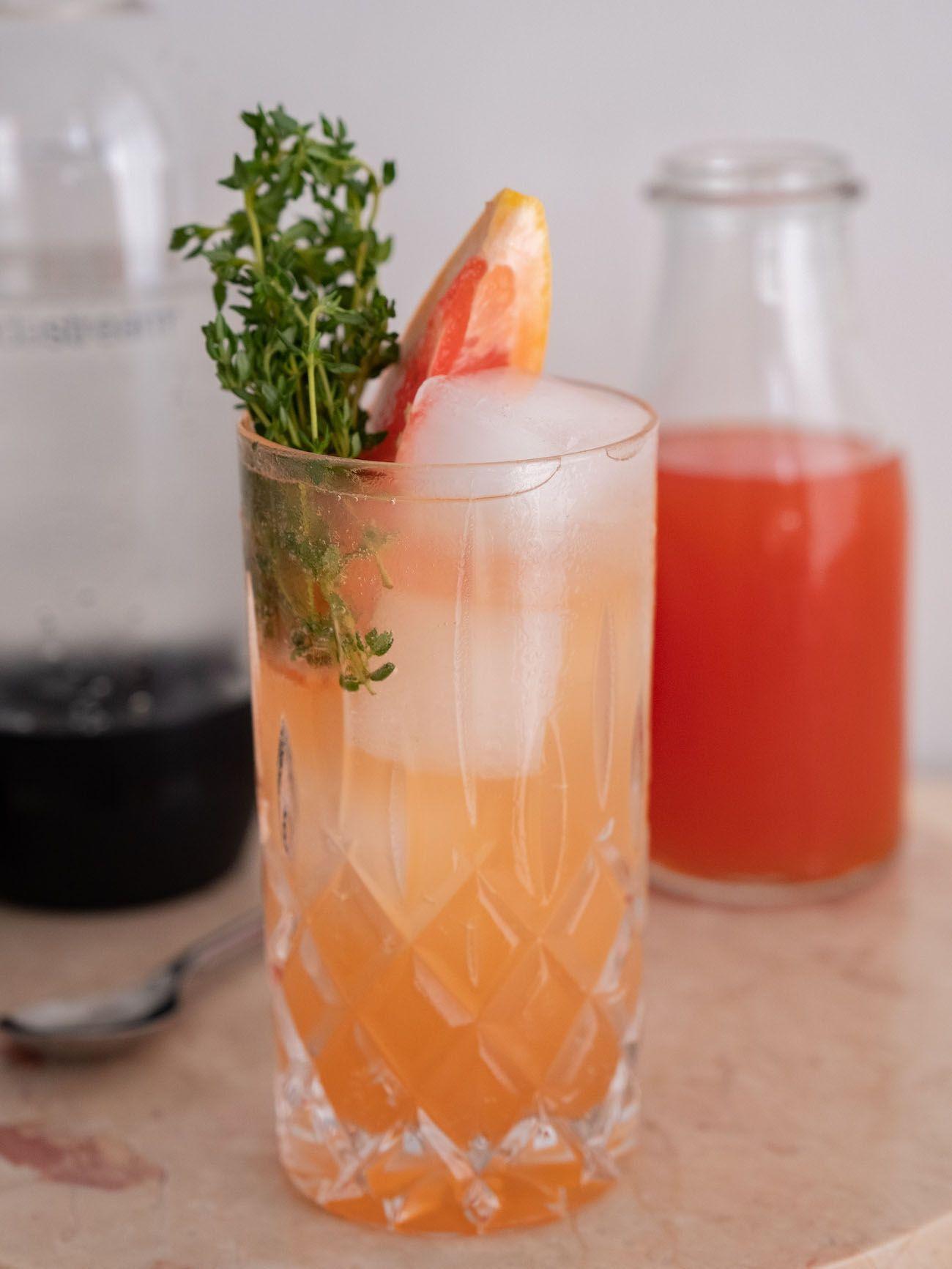 Foodblog, About Fuel, Soda Stream, Sirup, Rezept, Pink Grapefruit mit Thymian, Eiswürfel, Löffel