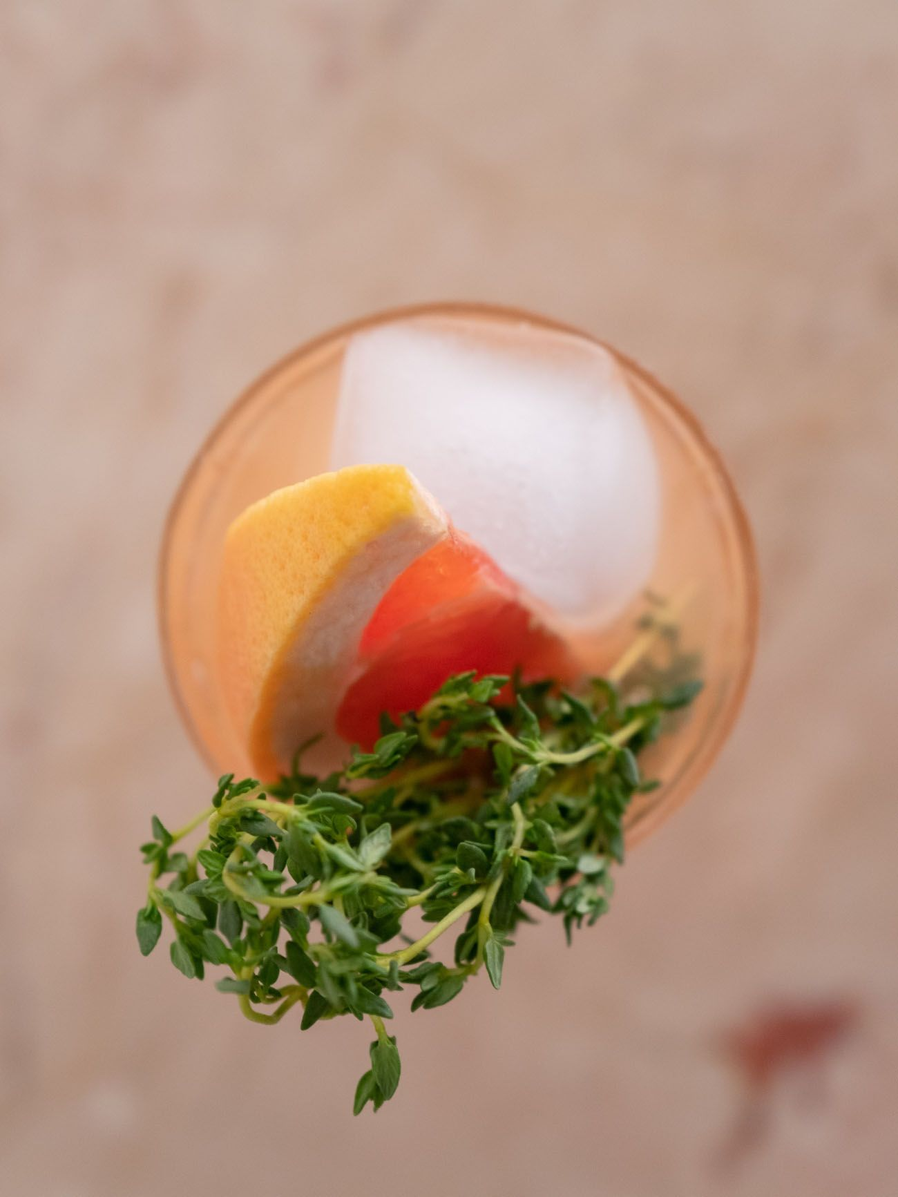 Foodblog, About Fuel, Soda Stream, Sirup, Rezept, Pink Grapefruit mit Thymian, Glas, Limonade, Eiswürfel