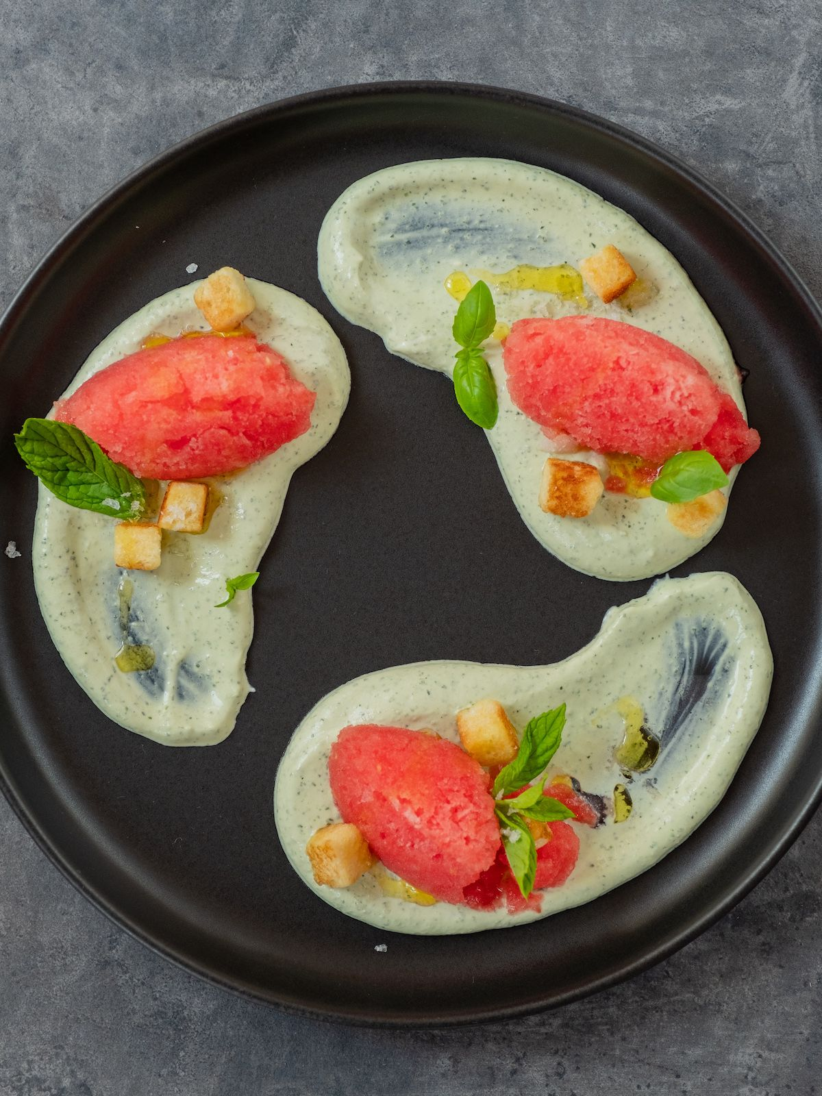 Foodblog, Rezept, Wassermelonengranita auf Basilikum-Minz-Schmand und Brioche-Croutons, Dessert, Teller