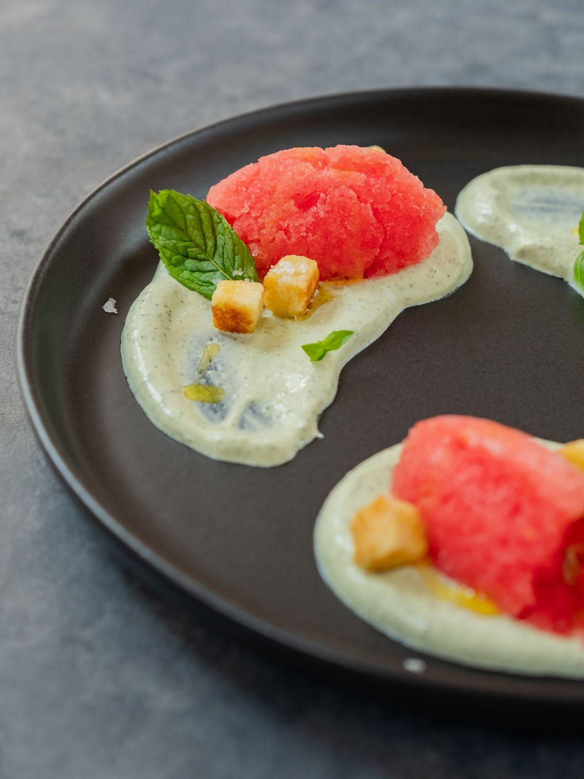 Foodblog, Rezept, Wassermelonengranita auf Basilikum-Minz-Schmand und Brioche-Croutons, Minzblatt