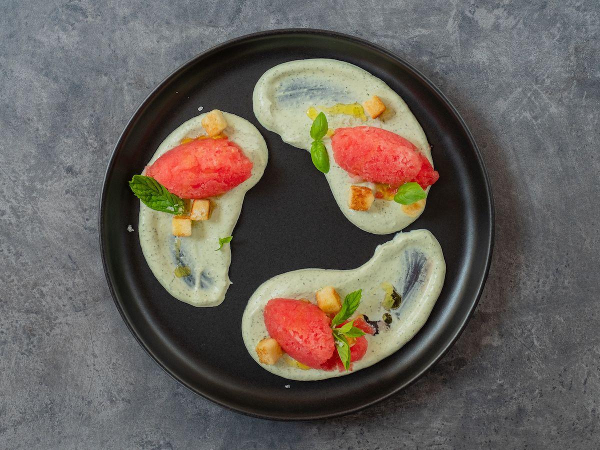 Foodblog, Rezept, Wassermelonengranita auf Basilikum-Minz-Schmand und Brioche-Croutons, Nachtisch, Teller, Olivenöl