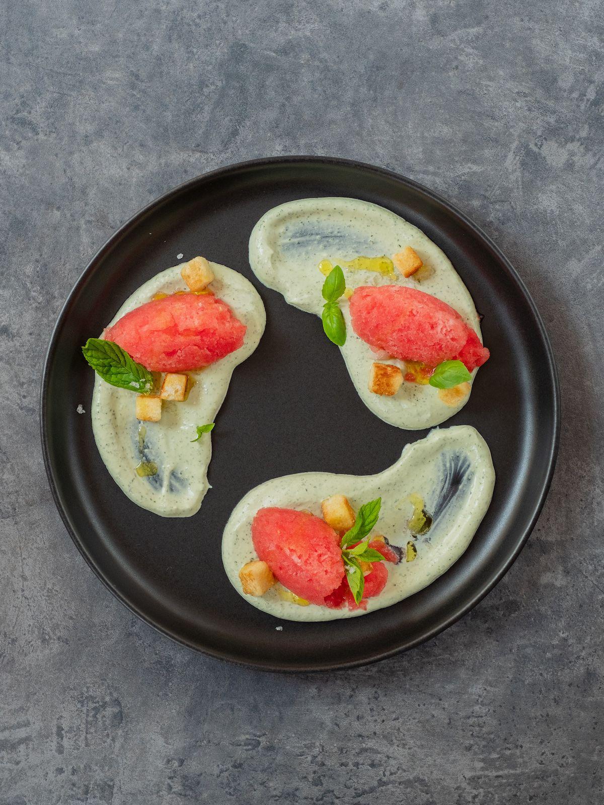 Foodblog, Rezept, Wassermelonengranita auf Basilikum-Minz-Schmand und Brioche-Croutons, Teller, Dessert