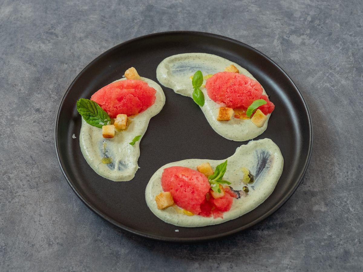 Foodblog, Rezept, Wassermelonengranita auf Basilikum-Minz-Schmand und Brioche-Croutons, Teller, Olivenöl, Nachtisch