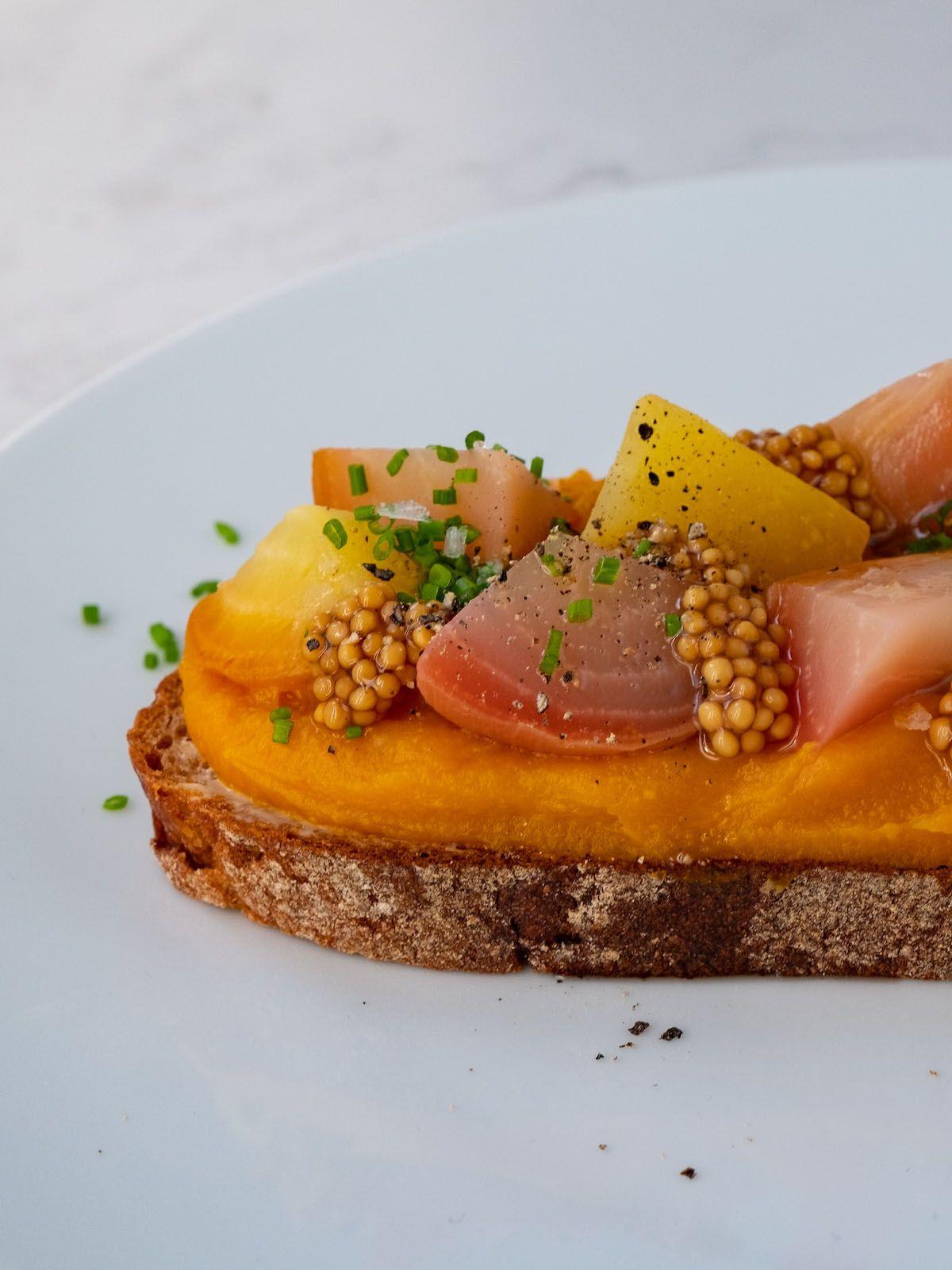 Foodblog, About Fuel, Rezept, Sandwich, Kürbis Zwiebel Marmelade, Aufstrich, Senfcaviar, Gelbe Bete, Pfeffer, Schnittlauch