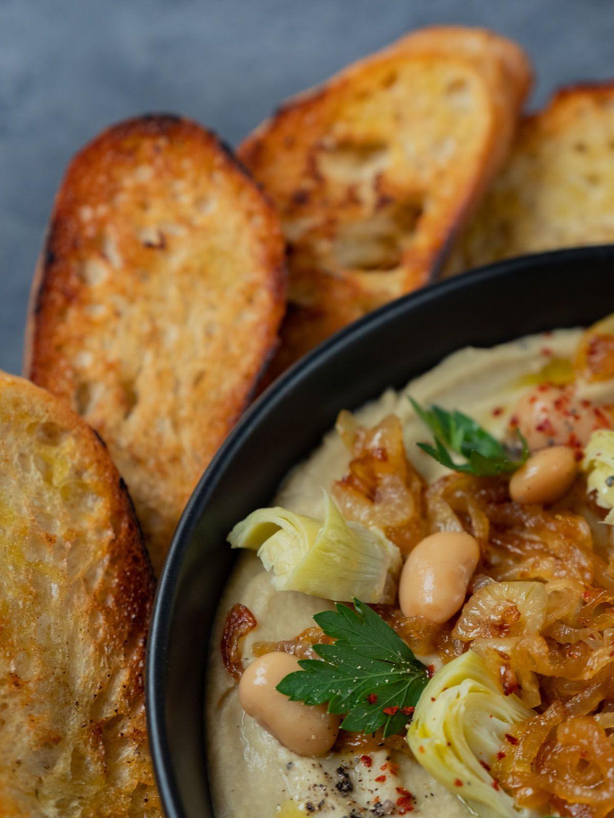 foodblpog, about fuel, rezept, Weiße Bohnen artischocken Dip, geröstetes Brot, Baguette, Chiliflocken