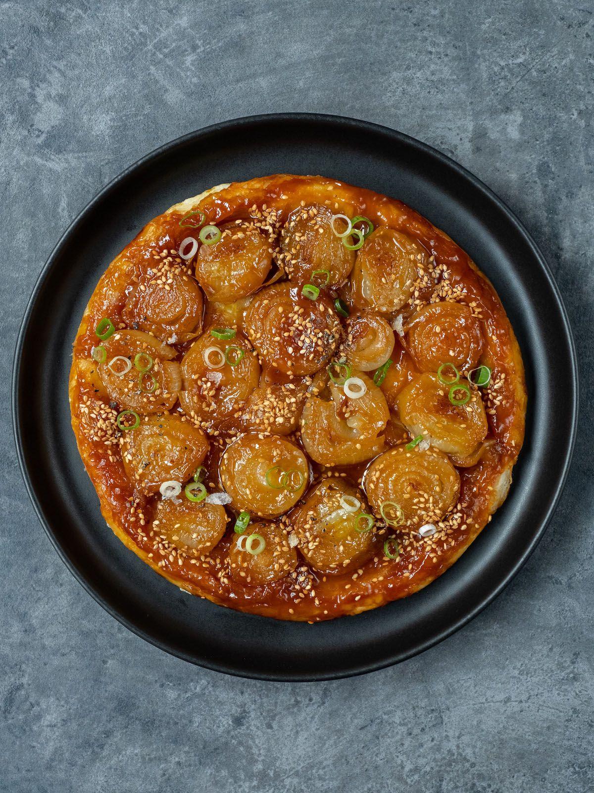Rezept About Fuel Foodblog Zwiebel Tart Tatin mit Misokaramell, Sesam, Frühlingszwiebeln und Belsazar