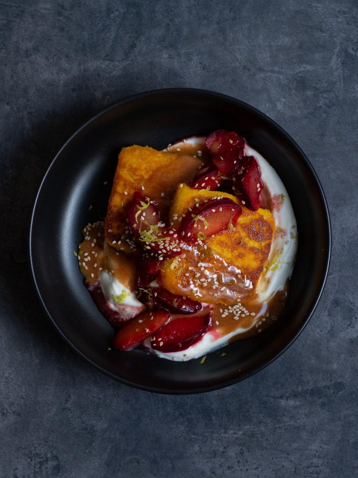 Foodblog, About Fuel, Polentaschnitte, Pflaumen, Zimthonig, Dessert, Joghurt, Sesam